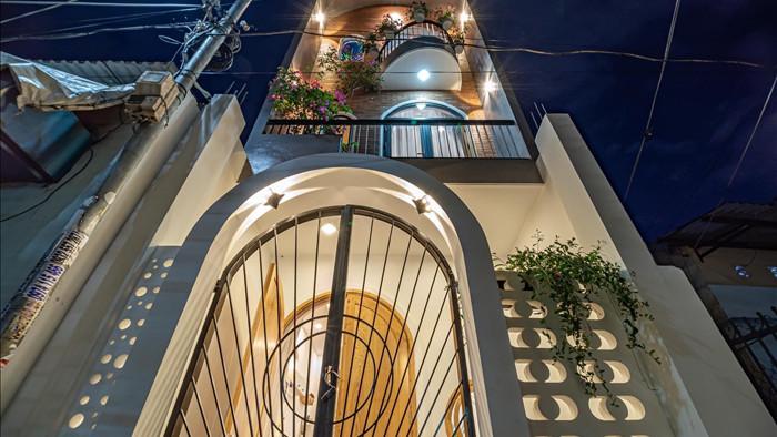 Nhà phố đầy đủ công năng với thiết kế như resort cực chill của vợ chồng trẻ ở Đà Nẵng - Ảnh 1.