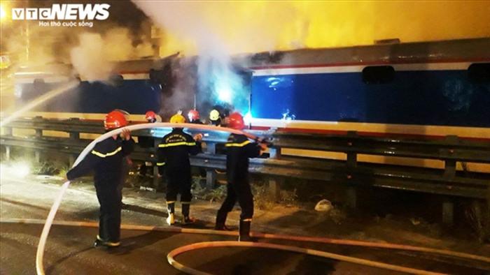 Tàu SE8 bốc cháy dữ dội, hàng chục tấn hàng hóa bị thiêu rụi - 1
