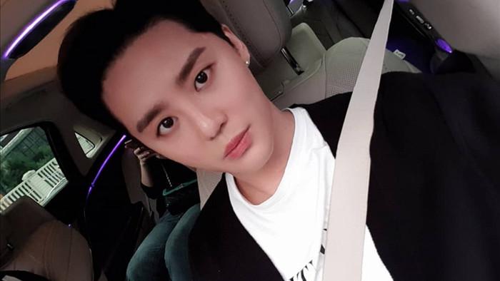 Junsu chụp ảnh trong chiếc siêu xe của mình (ảnh @xiaxiaxia1215)