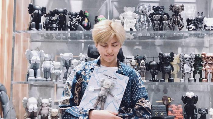 """RM cùng bộ sưu tập mô hình """"đồ sộ"""" của mình (ảnh: @bts_twt)"""