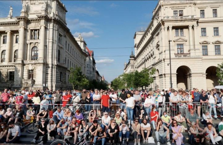 Dân Hungary biểu tình rầm rộ phản đối xây trường Trung Quốc-4