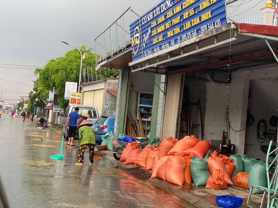 Chùm ảnh người quê chạy thóc trời mưa khiến cộng đồng mạng rưng rưng-2