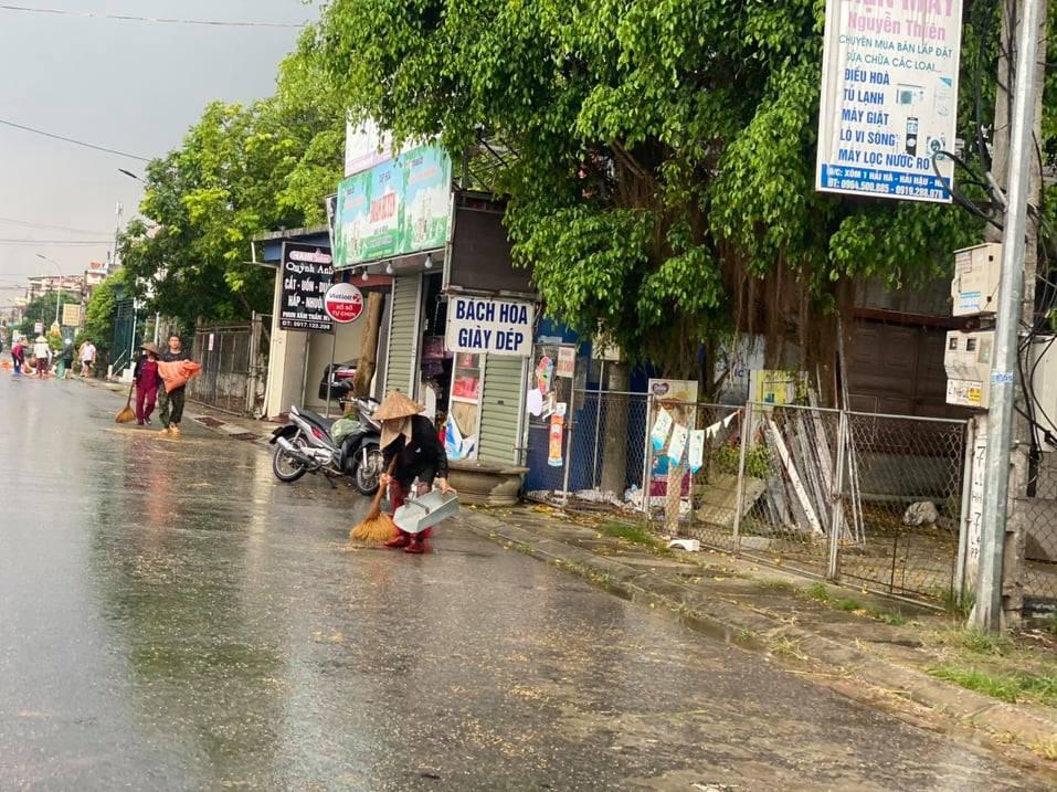 Chùm ảnh người quê chạy thóc trời mưa khiến cộng đồng mạng rưng rưng-4