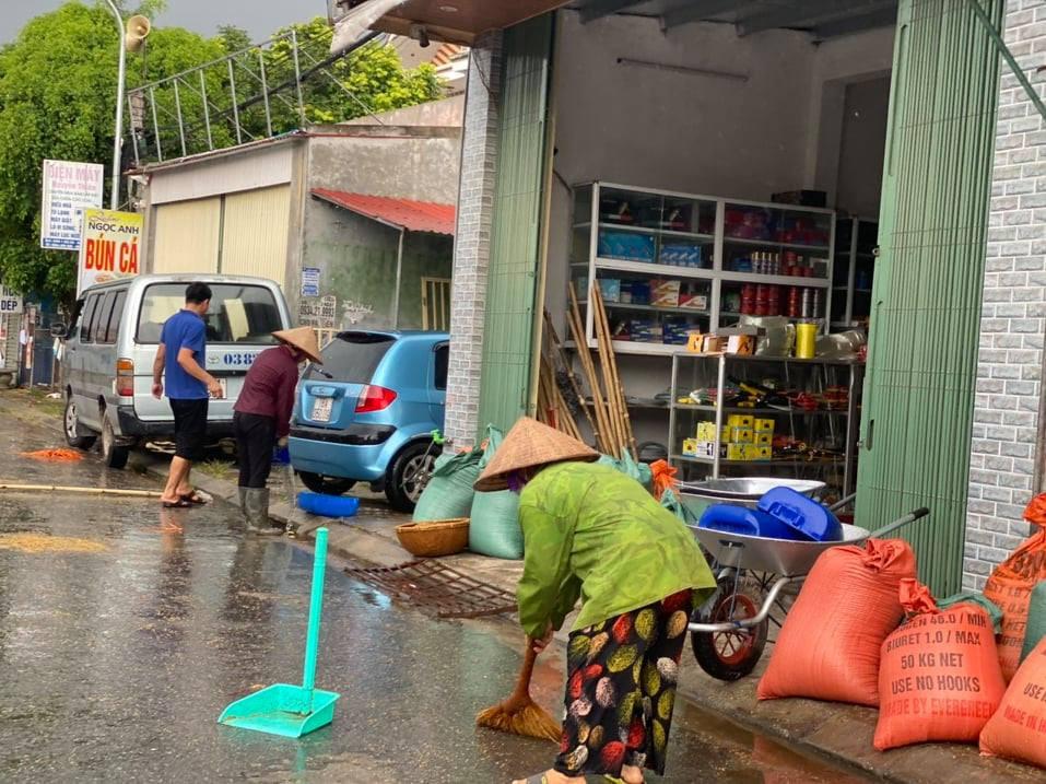 Chùm ảnh người quê chạy thóc trời mưa khiến cộng đồng mạng rưng rưng-1