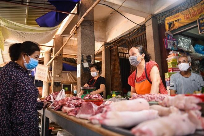 Giá lợn hơi lao dốc, thịt lợn ngoài chợ bao giờ mới rẻ?-2