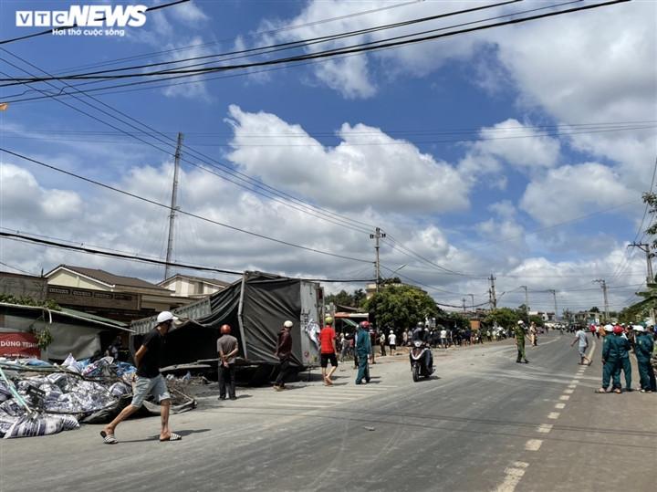 Ảnh: Hiện trường vụ xe tải đâm liên hoàn, ít nhất 7 người thương vong ở Đắk Lắk-1
