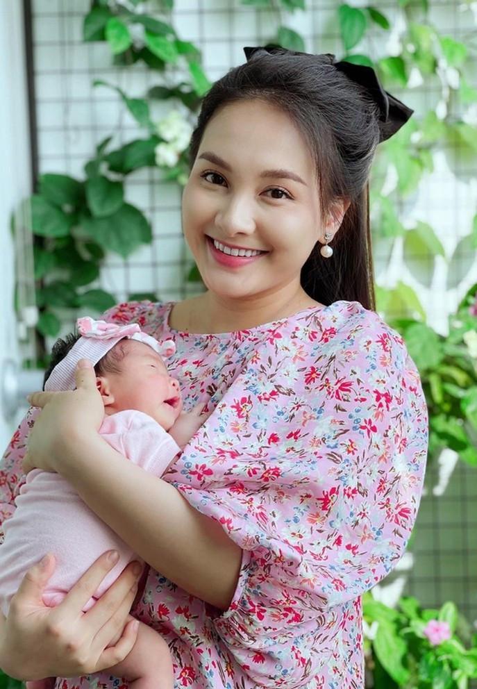 Sao Việt 07/6; Bảo Thanh rạng rỡ bên con gái một tháng tuổi-1