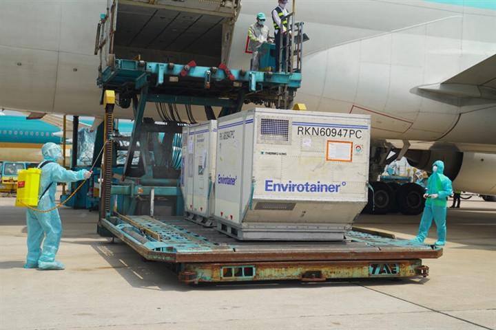 Máy bay chở vaccine COVID-19 được ưu tiên bay tắt-1