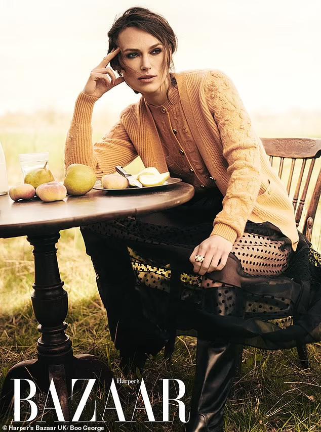 Keira Knightley mặc đồ Chanel hàng ngày suốt thời gian bị phong tỏa-5
