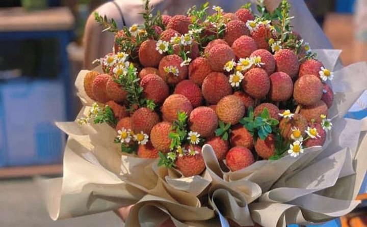 Độc lạ bó hoa vải thiều giá hơn nửa triệu đồng-2