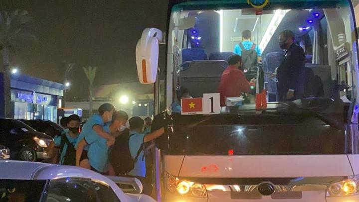 Xót xa cảnh đồng đội cõng Văn Toàn ra xe, Tuấn Anh đau đớn xin thay người-1