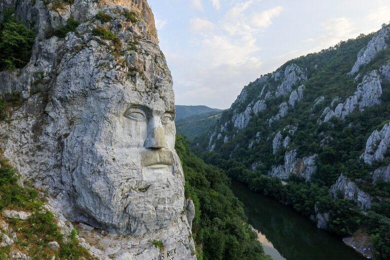Ấn tượng với khối đá khủng khắc hình gương mặt Nhà vua-1