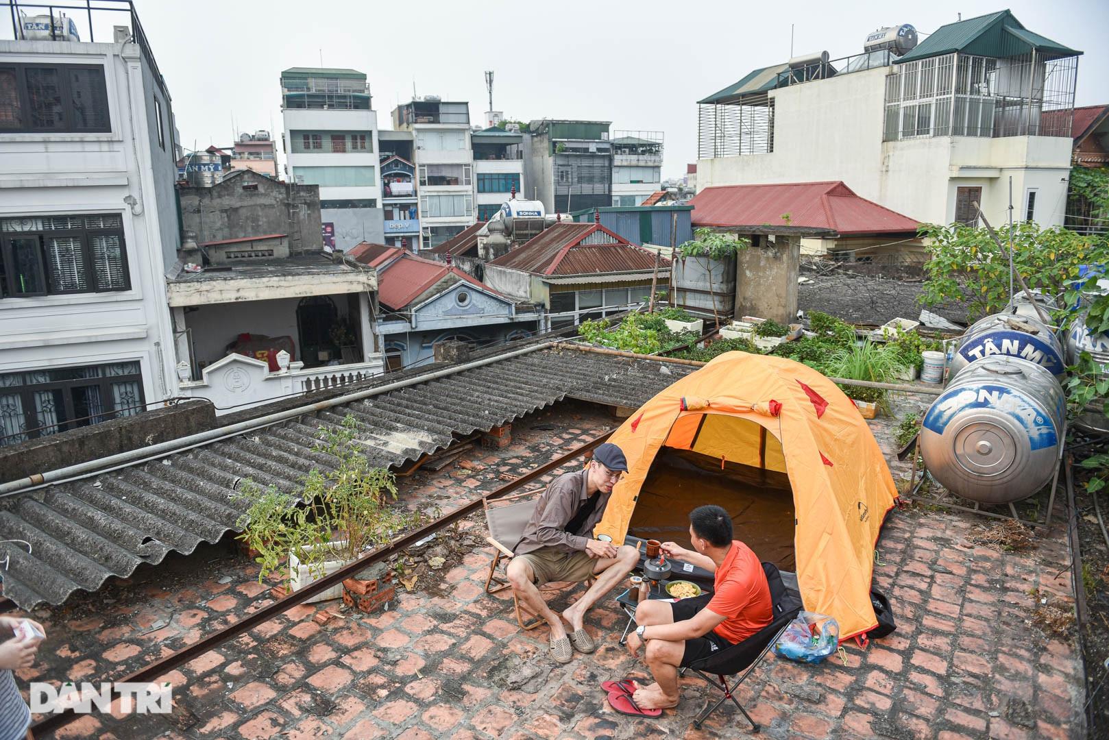 Thèm du lịch, giới trẻ đầu tư cắm trại tại gia: Chỉ ngắm nóc nhà vẫn vui-1