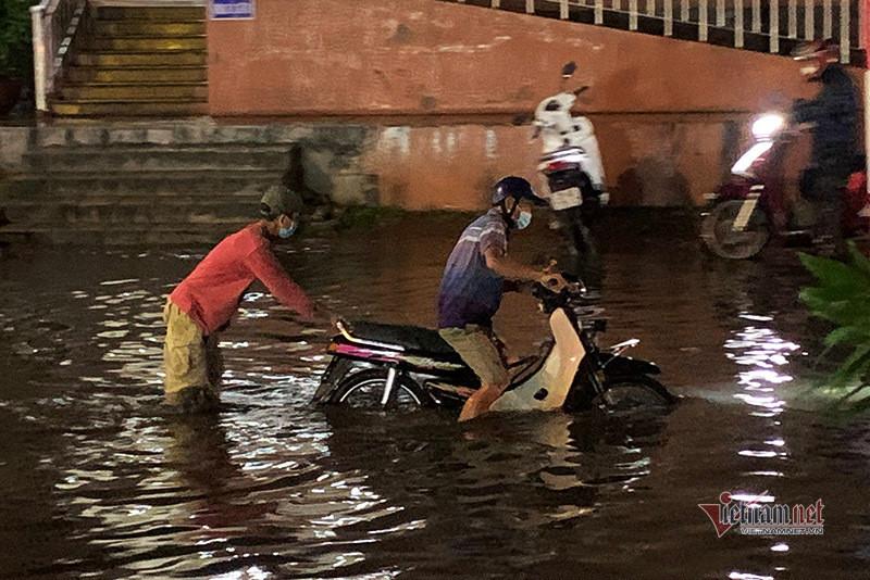 Cách khắc phục xe máy bị ngập nước, chết máy do mưa to-3
