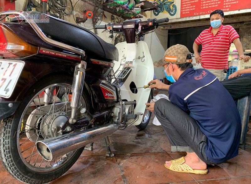 Cách khắc phục xe máy bị ngập nước, chết máy do mưa to-4