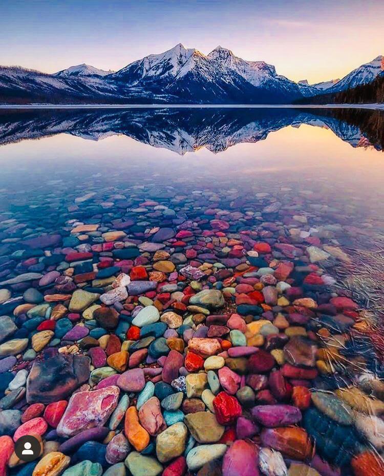 Kinh ngạc khi ngắm hồ nước ngập tràn các viên sỏi bảy sắc cầu vồng-1