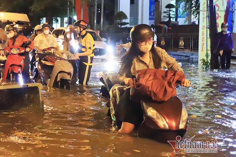 Cách khắc phục xe máy bị ngập nước, chết máy do mưa to-2