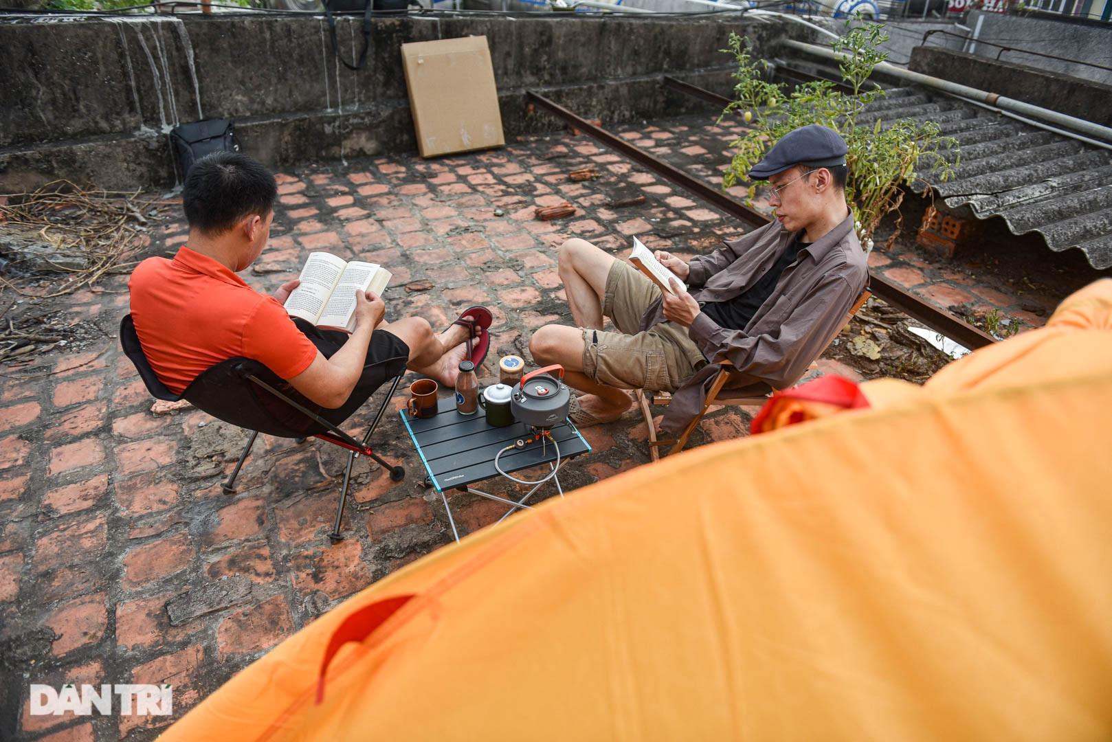 Thèm du lịch, giới trẻ đầu tư cắm trại tại gia: Chỉ ngắm nóc nhà vẫn vui-6