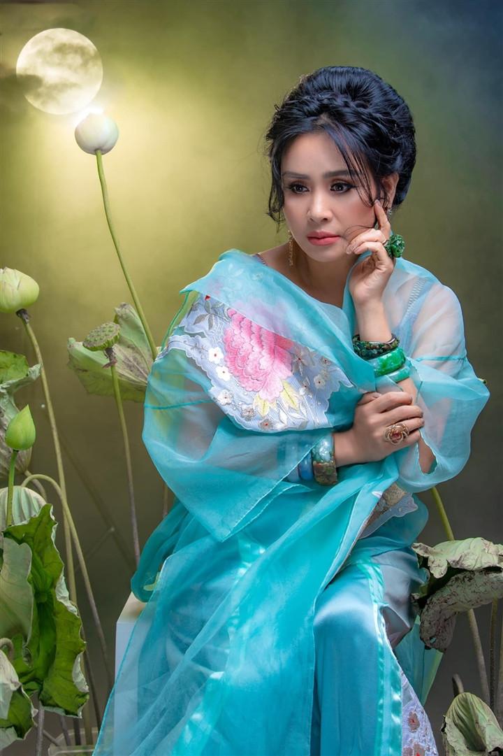 Ngắm người đàn bà đẹp Thanh Lam bên hoa sen-7
