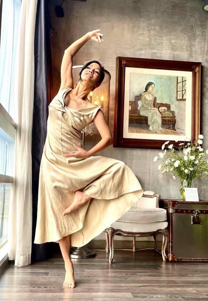 Diva Hồng Nhung tạo dáng vũ công ba lê-1