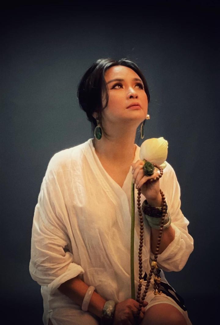 Ngắm người đàn bà đẹp Thanh Lam bên hoa sen-3