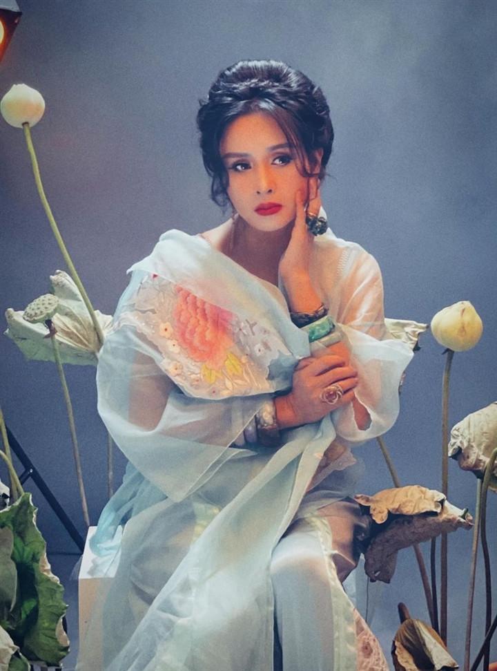 Ngắm người đàn bà đẹp Thanh Lam bên hoa sen-5
