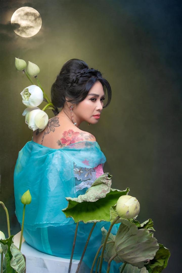 Ngắm người đàn bà đẹp Thanh Lam bên hoa sen-10