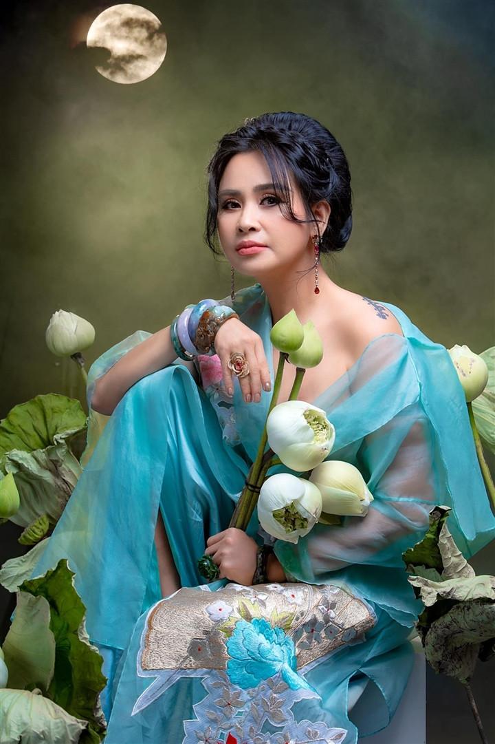 Ngắm người đàn bà đẹp Thanh Lam bên hoa sen-9
