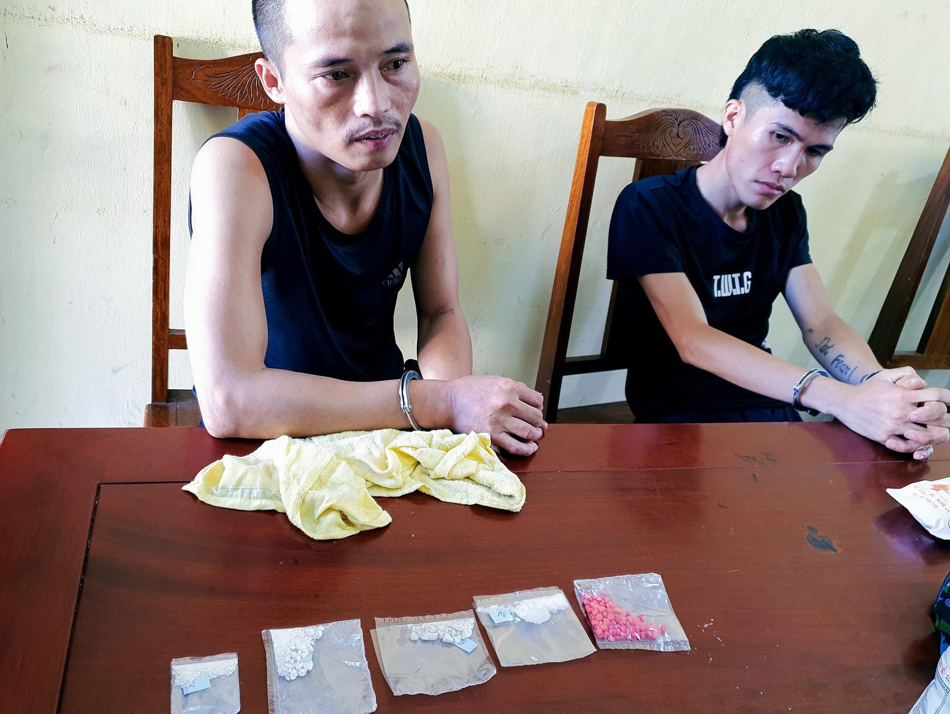 Bắt trùm ma túy trả công cho đàn em bằng những bữa tiệc trắng-2