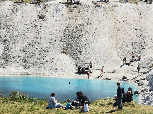 Hồ nước xanh ngắt tuyệt đẹp nhưng bạn cần tránh xa vì lý do này-1