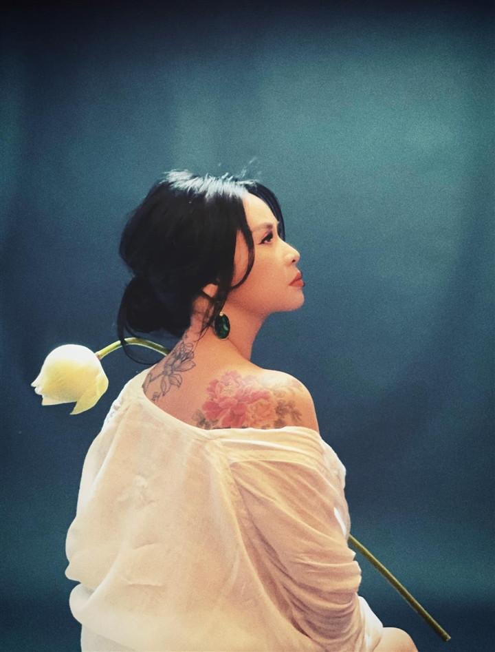 Ngắm người đàn bà đẹp Thanh Lam bên hoa sen-1