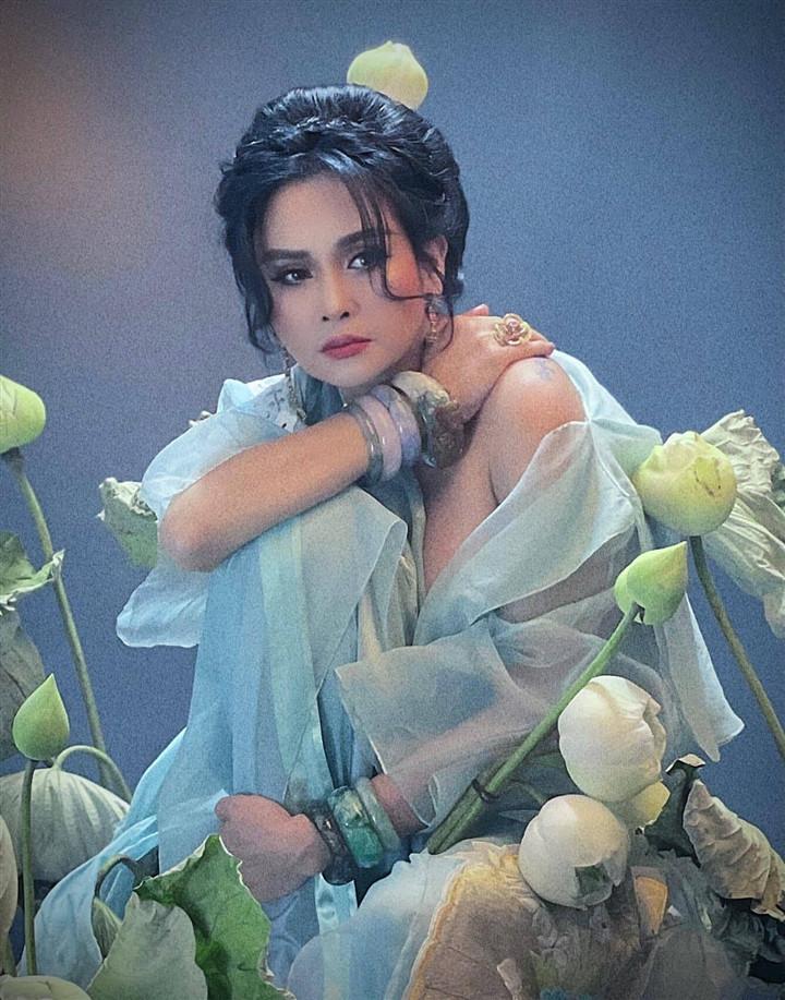 Ngắm người đàn bà đẹp Thanh Lam bên hoa sen-6