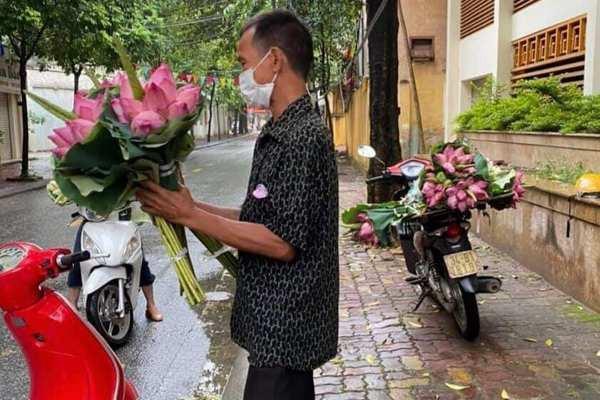 Người đàn ông nghèo Hải Dương bán hoa sen bị phạt, nhiều người thương cho tiền-1