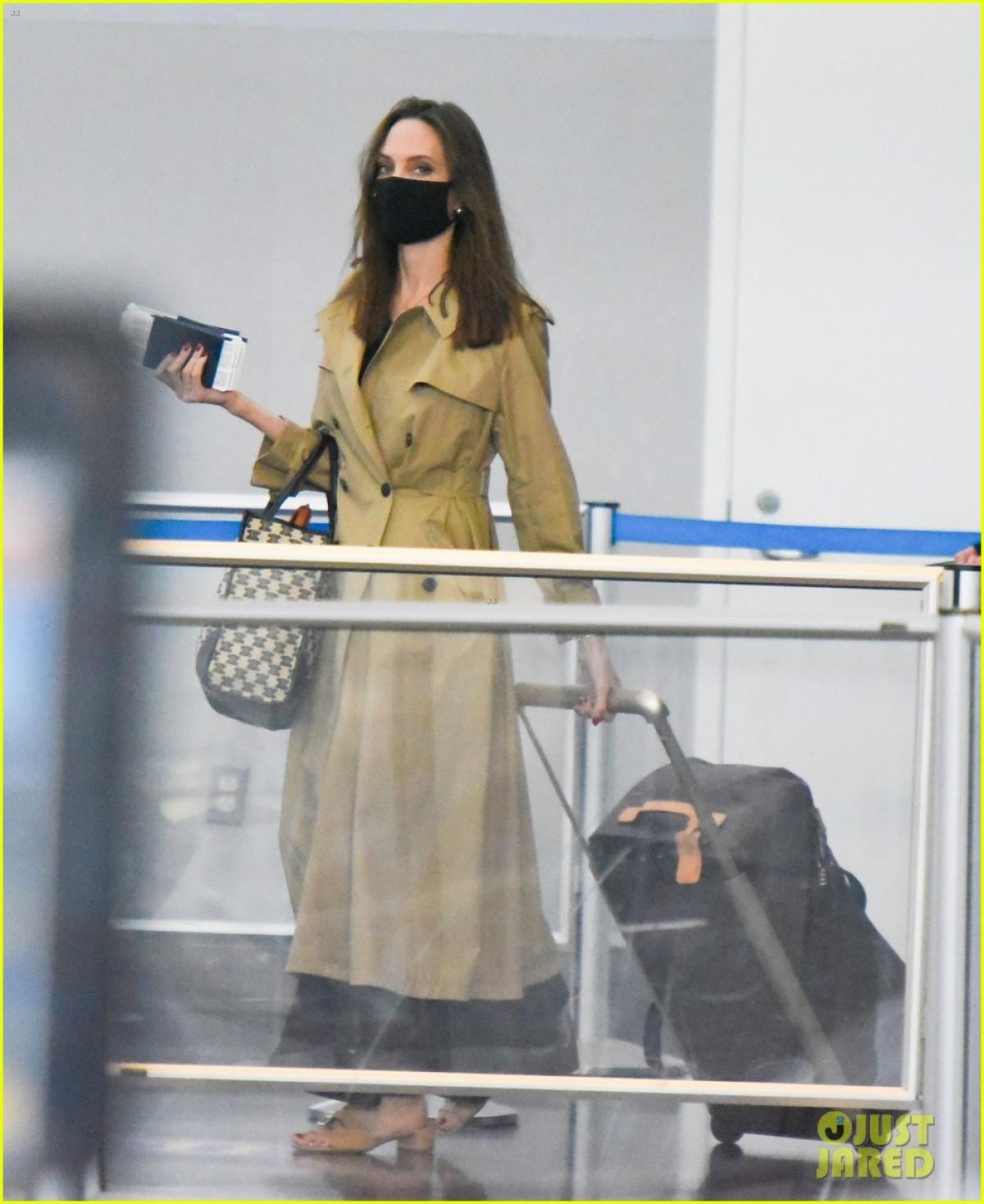 Angelina Jolie tái xuất gầy gò ở sân bay JFK-3