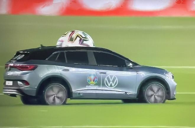 Vì sao Euro 2020 dùng xe mô hình chở bóng ra sân?-1