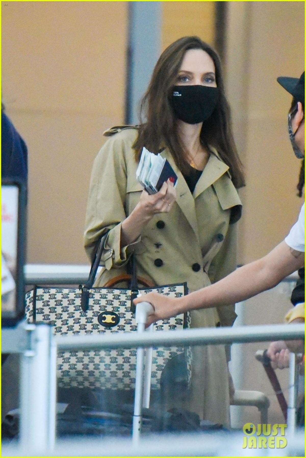 Angelina Jolie tái xuất gầy gò ở sân bay JFK-5