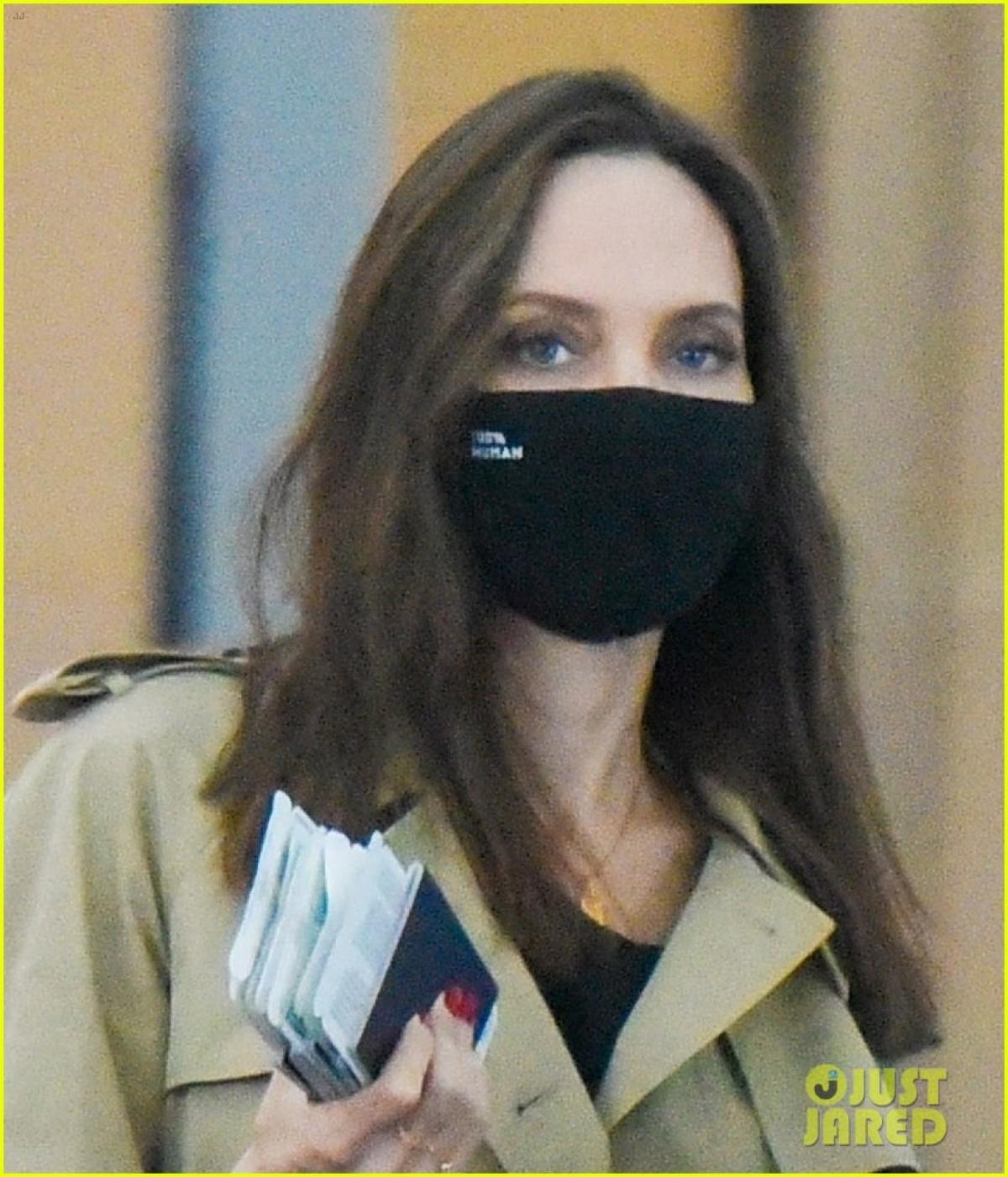 Angelina Jolie tái xuất gầy gò ở sân bay JFK-2