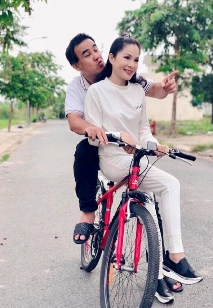 Bà xã doanh nhân U50 kín tiếng của MC Quyền Linh-22
