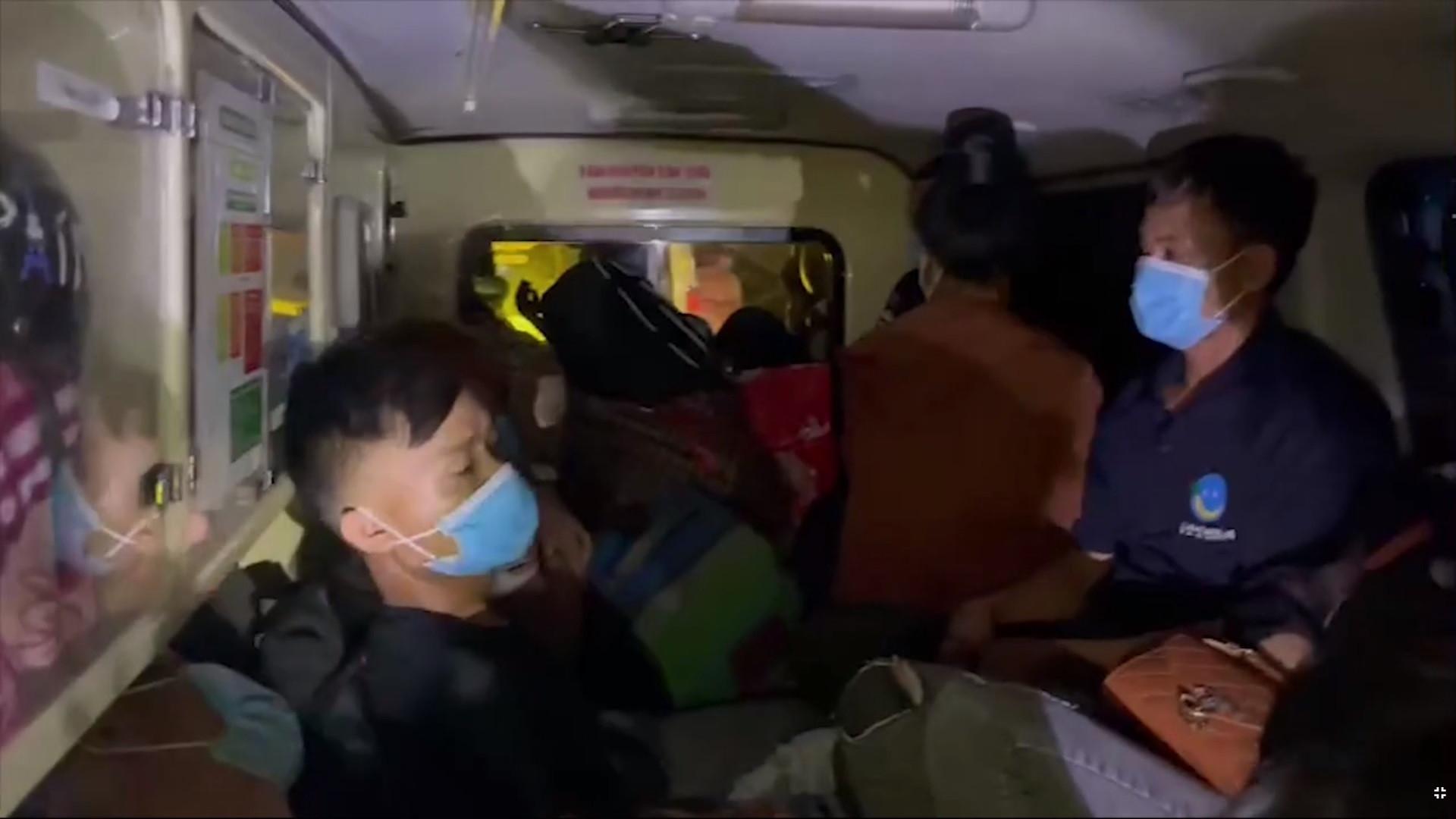 Thu 300.000 đồng/người, xe cứu thương nhét 12 người ở Bắc Ninh về Sơn La-2