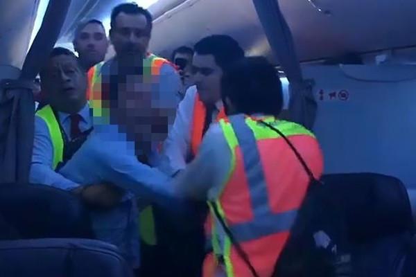 Hành khách tấn công tiếp viên, máy bay Mỹ phải hạ cánh khẩn cấp-1