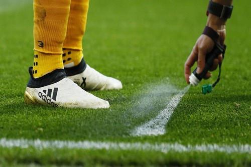 Thứ bột trắng mà cầu thủ Malaysia bốc lên định qua mặt trọng tài là gì?-2