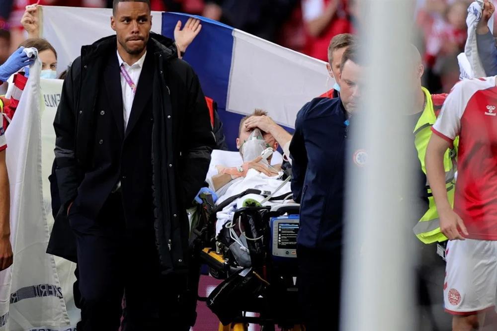 Cư dân mạng Việt Nam từ bàng hoàng đến vỡ òa khi chứng kiến Christian Eriksen đột quỵ ngay trên sân-1