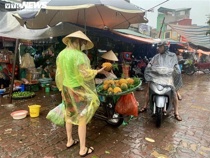 Người Hà Nội tất bật mua sắm đón Tết Đoan Ngọ-11