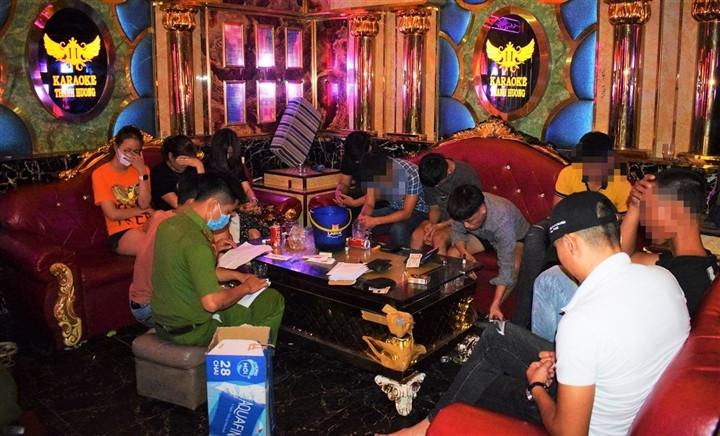 Bất chấp lệnh cấm, hàng loạt quán karaoke ở Quảng Nam mở cửa đón khách-1