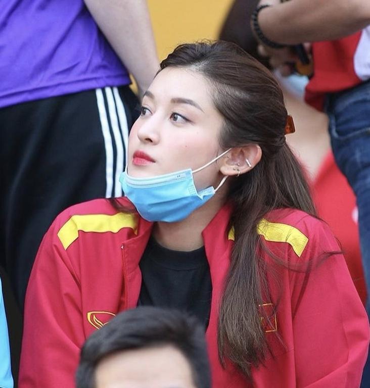 Huyền My là người đẹp đầu tiên diện áo cú ngã lươn lẹo của Văn Toàn-9