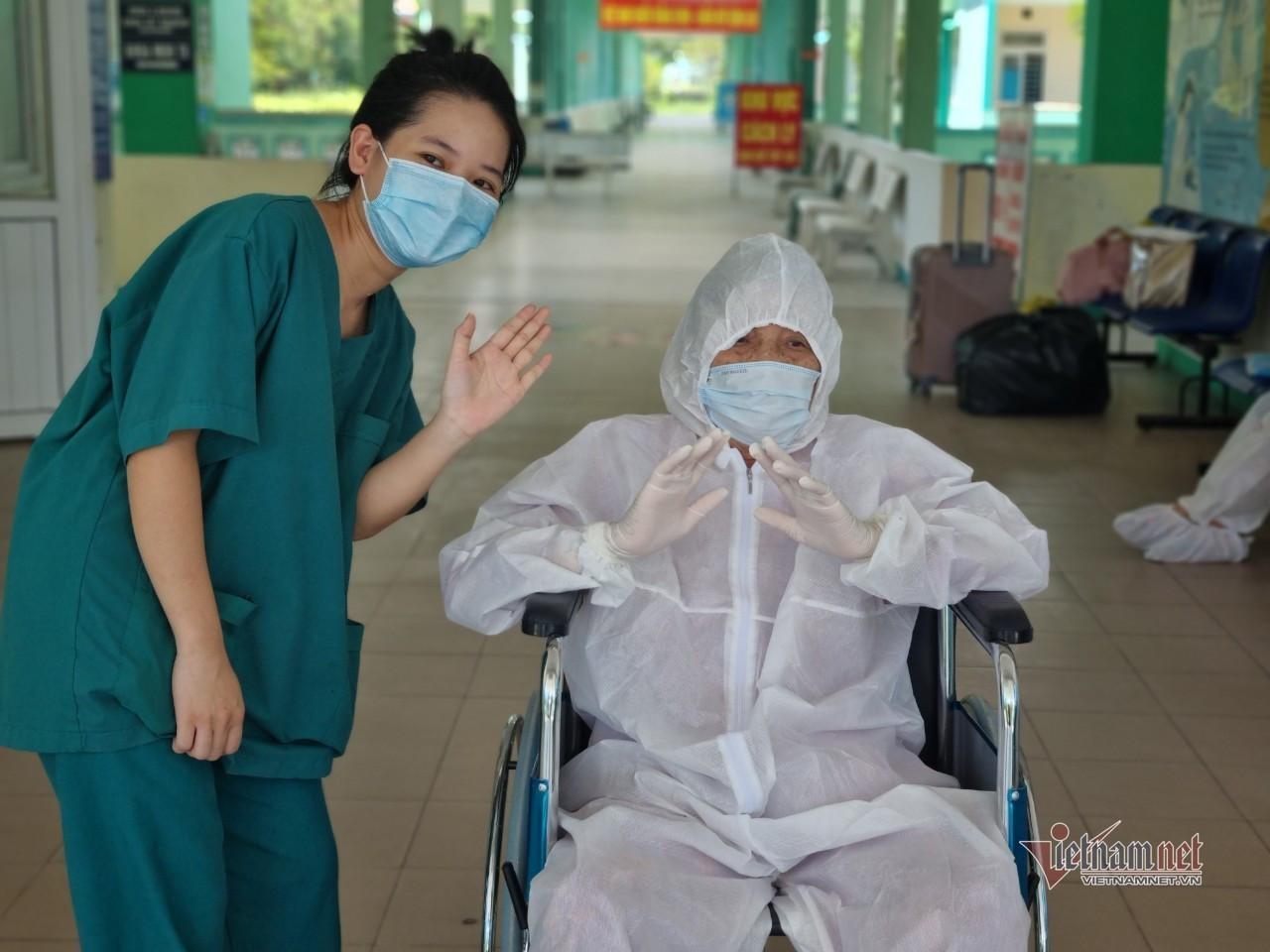 Bệnh nhân 81 tuổi mắc Covid-19 ở Đà Nẵng từng thở máy, lọc máu đã xuất viện-2