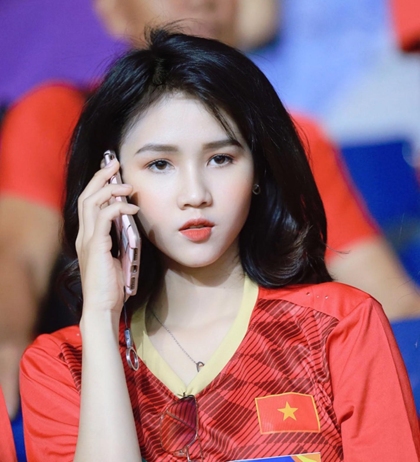 Hot girl nổi như cồn trên khán đài dự đoán Việt Nam thắng UAE 2-1-2