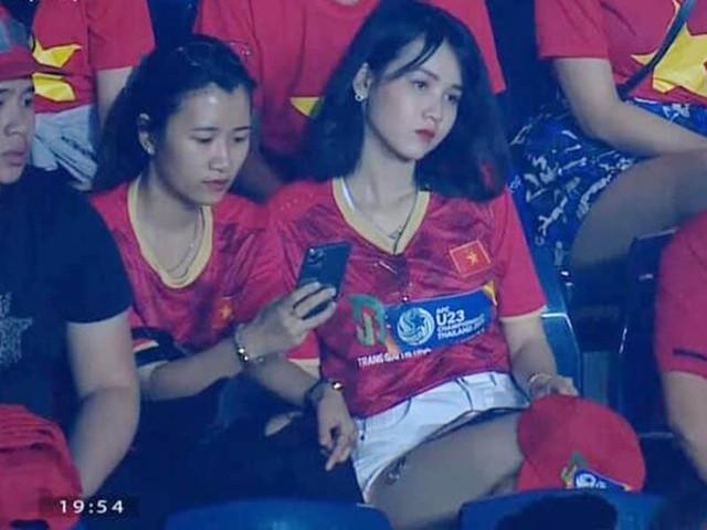 Hot girl nổi như cồn trên khán đài dự đoán Việt Nam thắng UAE 2-1-1