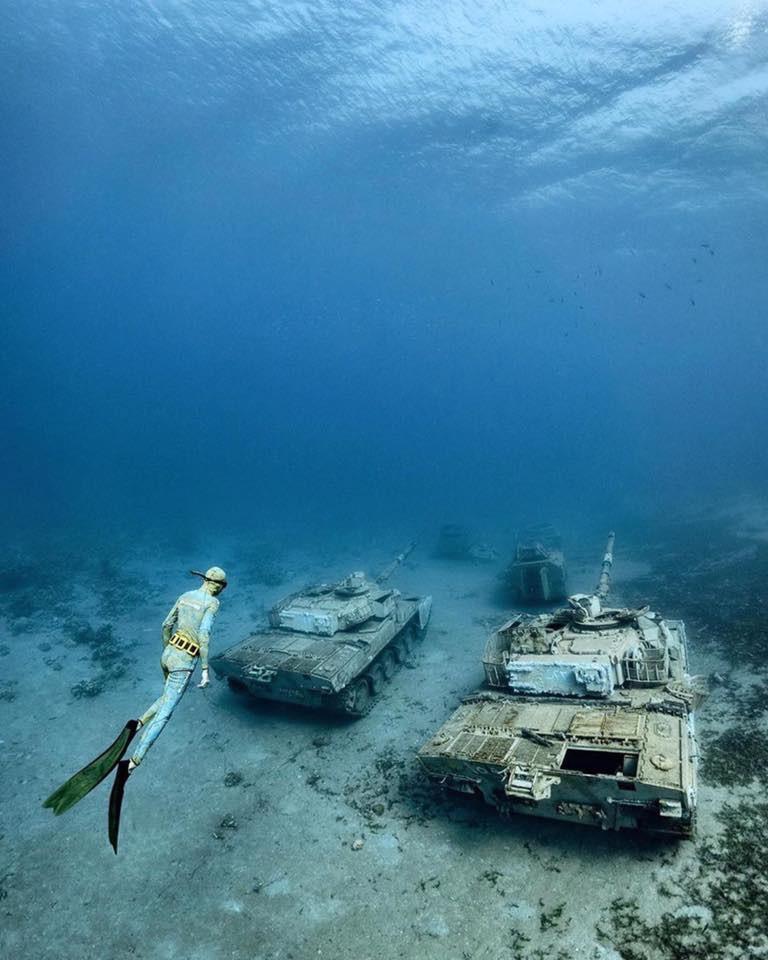 Du khách bơi, lặn ngắm bảo tàng quân sự có một không hai trên thế giới-3