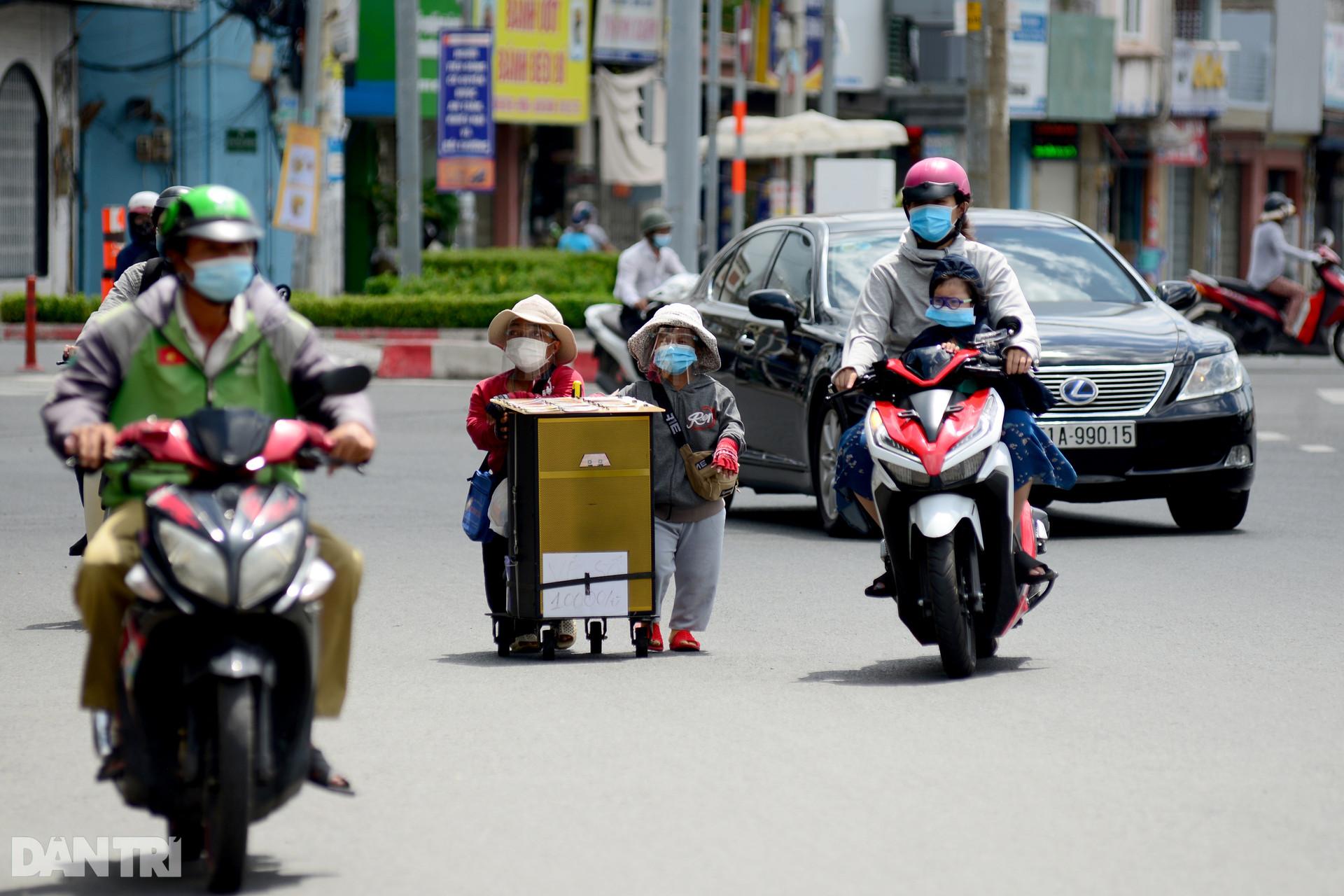 Cặp vợ chồng tí hon ở Sài Gòn bán vé số mùa dịch để nuôi nghiệp thể thao-1